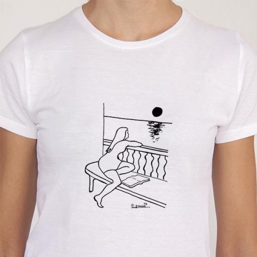 Camiseta blanca mujer mirando luna